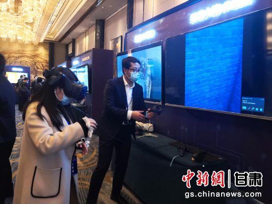 """图为参会嘉宾现场体验了""""一部手机游甘肃""""、5G+AI、5G+AR等新技术应用场景。杜萍 摄"""