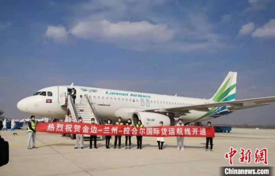 10月30日,满载逾18.6吨百货的全货机从兰州中川机场向巴基斯坦拉合尔起飞。标志着由兰州新区、机场集团、甘肃(兰州)国际陆港首次合作运营的航空货运业务正式启动。(资料图)甘肃(兰州)国际陆港供图