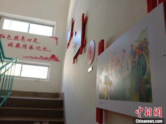 图为张天顺的红色收藏展览室所在居民楼内景象。 张婧 摄