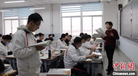 11月下旬,嘉峪关市酒钢三中的教师闫桂珍为高中学子上课。 高莹 摄