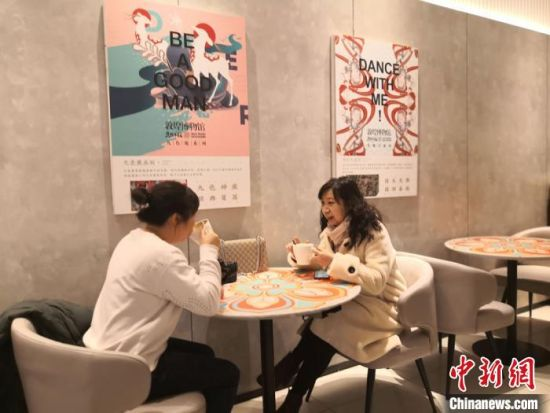 图为消费者在敦煌艺术大展餐厅用餐。 丁思 摄