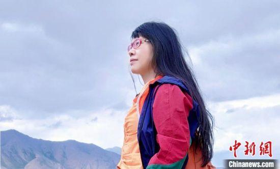 图为胡美英在祁连山采风。受访人供图
