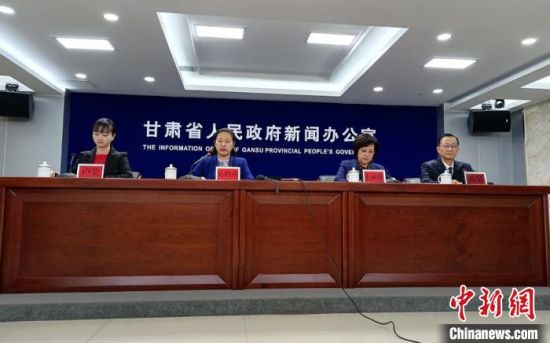 11月30日,2020年甘肃省劳动模范和先进工作者表彰大会新闻发布会在兰州召开。 张婧 摄