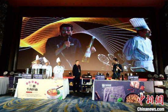 12月1日,2020中国面食博览会在兰州开幕。图为兰州牛肉面与日本拉面、意大利面、马来西亚面食同台进行现场制作展演。 崔琳 摄