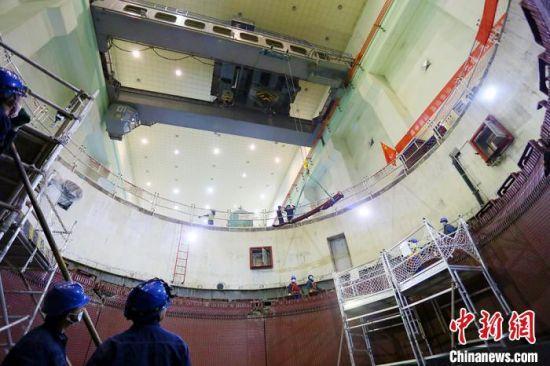 12月初,百万千瓦级水电厂刘家峡水电厂,用天车起吊机组检修物资。 高展 摄