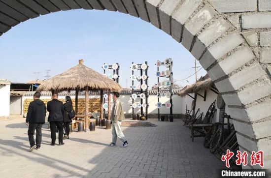 图为甘肃省白银市平川区宝积镇响泉村通过美丽乡村建设,吸引游客游玩参观。(资料图) 刘玉桃 摄