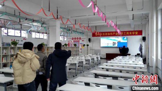 """目前""""周末学堂""""已在临夏州东部援建扶贫车间全面推广。 杨伏山 摄"""