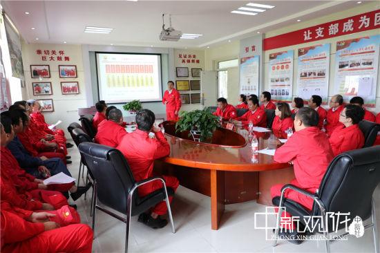长庆油田采油二厂员工分享岗位风险的管控心得和对安全责任的深刻理解。 郭红英 摄