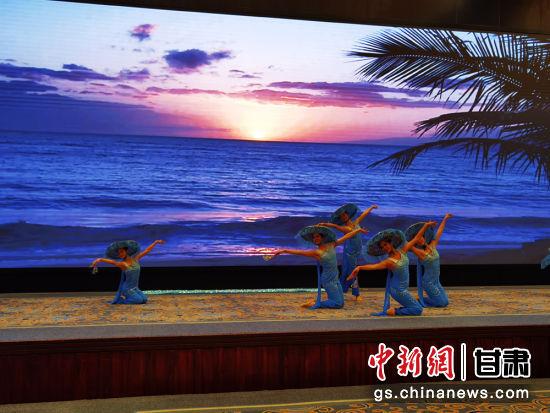 图为北海文艺交流中心开场舞蹈演出《网娘》。
