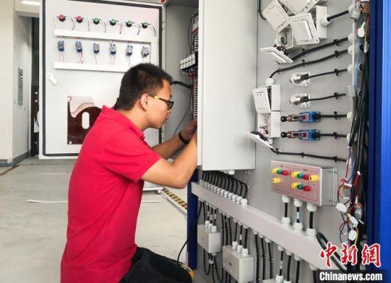 图为第一届全国职业技能大赛甘肃选拔赛电气装置、工业控制赛项比赛现场。(资料图) 刘玉桃 摄