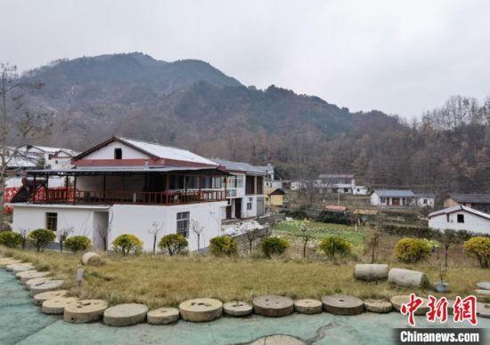 图为康县何家庄村美丽乡村建设。 刘玉桃 摄