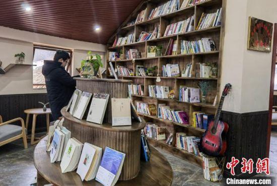 图为康县何家庄村农家书屋。 刘玉桃 摄