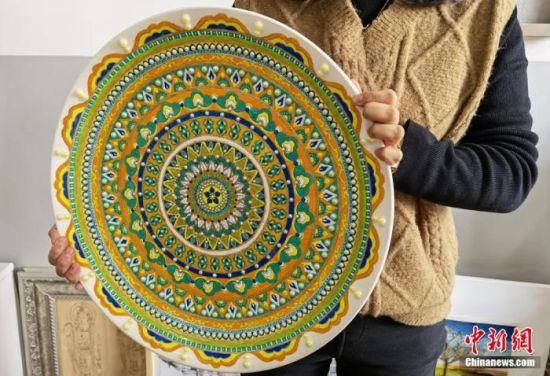 图为学生制作的敦煌彩绘工艺盘展示。