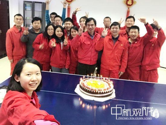 工会为员工过生日送祝福。