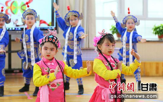 大三班幼儿表演舞蹈《国粹飘香》。高展 摄