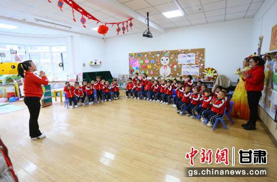 图为甘肃省妇联第二保育院举行建院二十华诞庆祝活动。该院各个班级还以不同形式开展庆祝活动。高展 摄