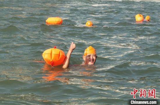 """图为冬泳健儿享受""""横渡黄河""""时光。 崔琳 摄"""