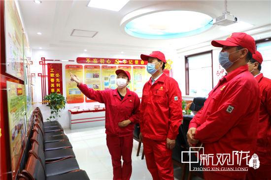 采油二厂党委书记、副厂长王翔调研党建工作。