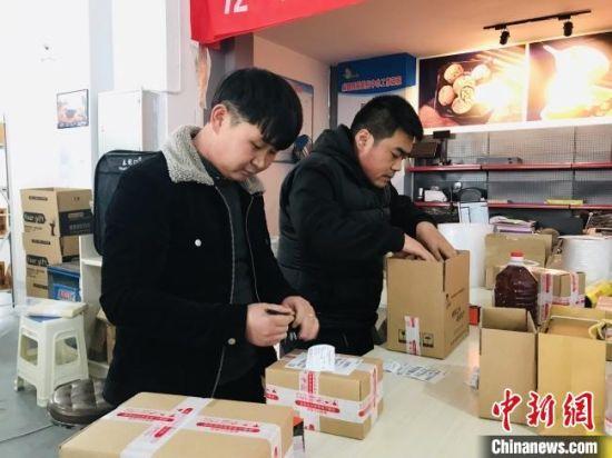图为陇南市成县返乡青年正在电商企业包装货色 。(资料图) 闫姣 摄