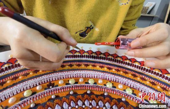 图为学生用指甲油创作敦煌彩绘工艺盘。 刘玉桃 摄