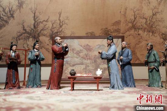 """图为武威市博物馆内古人行""""拱手礼""""场景。 魏建军 摄"""