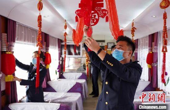 """图为兰州客运段乘务人员在餐车内粘""""福""""字。 田多伟 摄"""