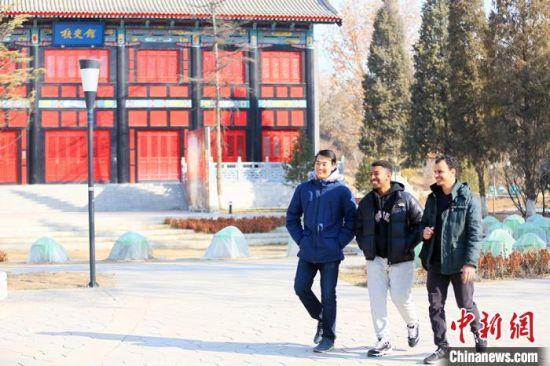 三人都是兰大留学生学生会成员,他们时常为同学们提供一些力所能及的帮助。 高展 摄
