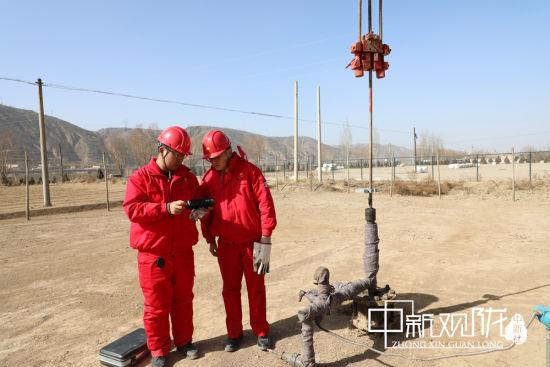 宋�春途�区技术员正在对油井进行功图测量。