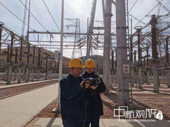 国网甘肃检修公司750千伏莫高变电站新员工王丽,在师傅的指导下检查330千伏设备。马晓艺 摄
