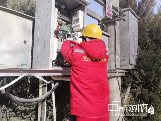 图为市政工人正在检修电路设施。 聂春霞 摄