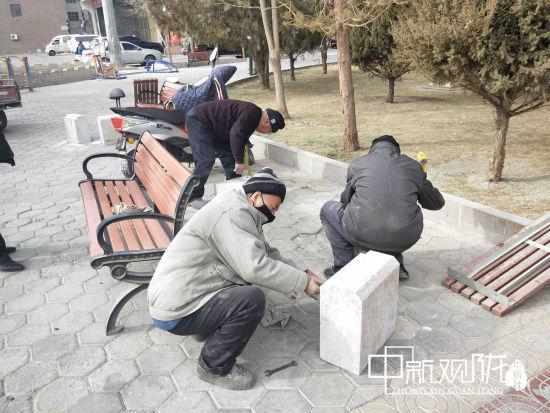 图为,市政工人正在修补地面。 聂春霞 摄