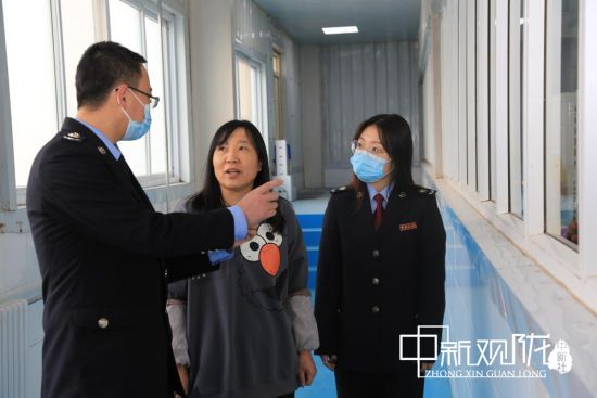 图为华池县税务干部深入甘农生物科技了解生产情况。(资料图)
