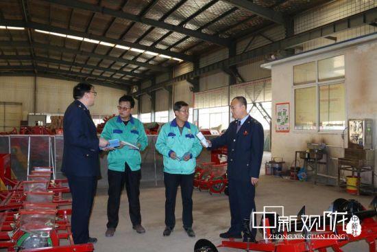 图为正宁县税务干部深入谷鸟机械制造有限公司调研生产情况。(资料图)
