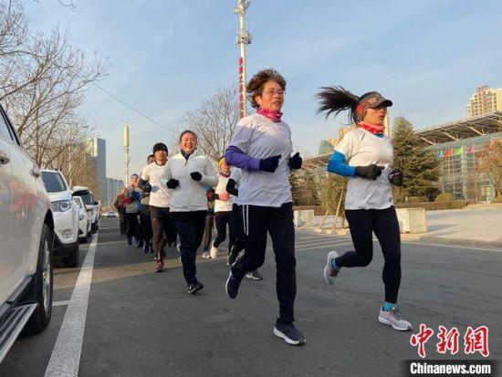 """图为兰州""""理想跑团""""成员正在进行有氧运动。 高展 摄"""