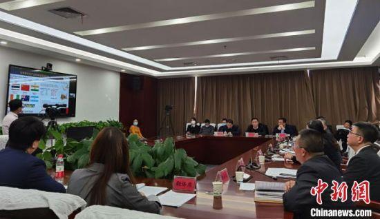 """2021年2月3日,马来西亚―中国(兰州)农产品线上贸易交流对接会在兰州举行,来自马来西亚的92家企业代表和甘肃25家农产品及物流企业代表""""云上""""共觅商机。(资料图) 丁思 摄"""