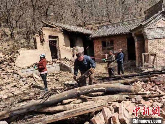 图为兰州市城关区驻西和县帮扶队员帮助村民拆除危旧房屋。(资料图) 兰州城关区委宣传部供图