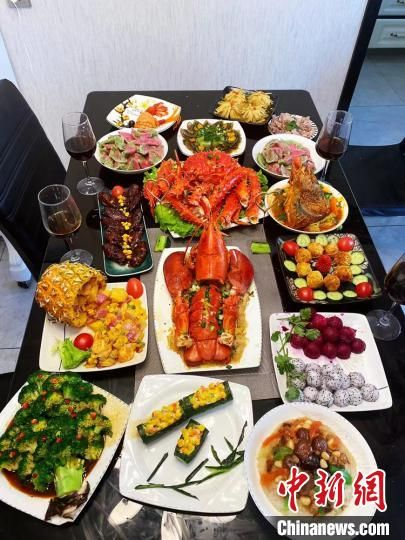 图为兰州市民的年夜饭,其中很多食材都是网购的家乡味。 刘桃桃 摄