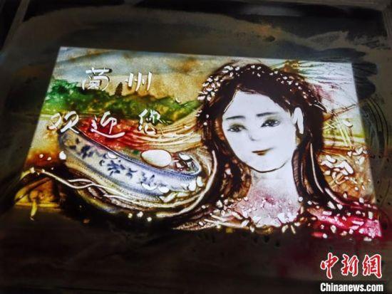 图为朱晓玲的沙画作品。 崔琳 摄