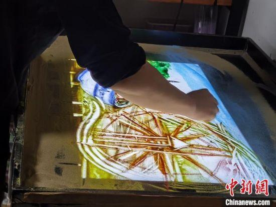 图为朱晓玲设计将牛肉面缠绕在水车上进行画面转场。 崔琳 摄
