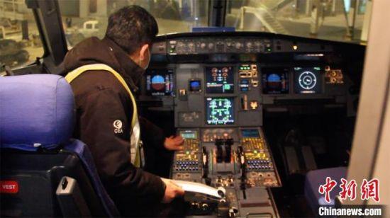 机务工作人员进行飞机内部检查。 高莹 摄