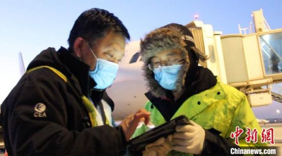 检查完毕后,机务工作人员进行检查确认签字。 高莹 摄