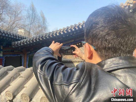 图为马琰在巡查中发现有问题的地方,用手机拍摄归档。 高康迪 摄