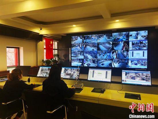 兰州五泉山公园对古建筑群启动数字化保护,智能监控室联网公安系统。 高康迪 摄