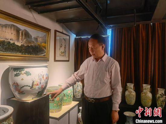 刘世杰向记者介绍自己收藏的文物。 高康迪 摄