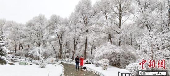 民众在雪景中游玩。 安维斌 摄