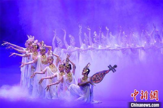 图为4月1日晚,《丝路花雨》在敦煌大剧院演出剧照。 王斌银 摄
