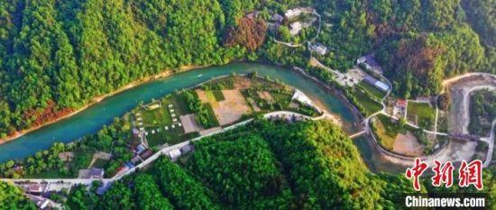 """2020年""""五一""""期间,甘肃陇南市康县被称为""""一个不要门票的生态大景区"""",清澈的河水夹于两山之间。 张平良 摄"""
