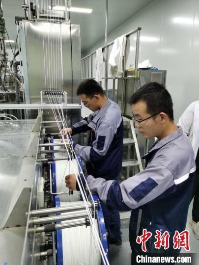 图为甘肃省膜科学技术研究院有限公司内,工作人员生产膜丝。(资料图)甘肃科技集团供图