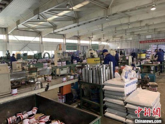 图为西北永新集团内,工作人员生产涂料。(资料图)甘肃科技集团供图