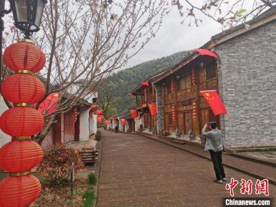 """图为甘肃两当县打造的""""红军街"""",为当地村民带来了一定的""""红色福利""""。 闫姣 摄"""